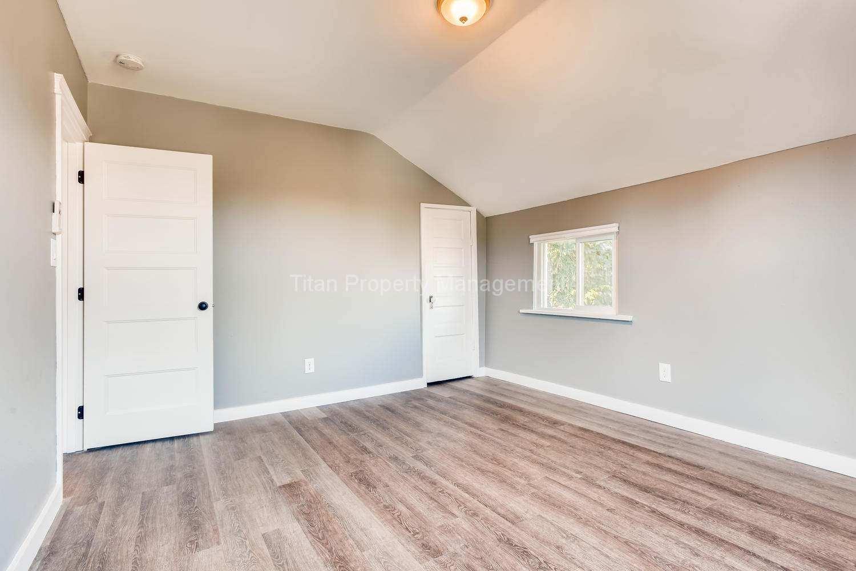 616-SE-11th-St-Oregon-City-OR-large-017-024-2nd-Floor-Bedroom-1500x1000-72dpi