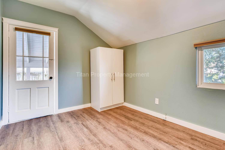 616-SE-11th-St-Oregon-City-OR-large-018-014-2nd-Floor-Bedroom-1500x1000-72dpi