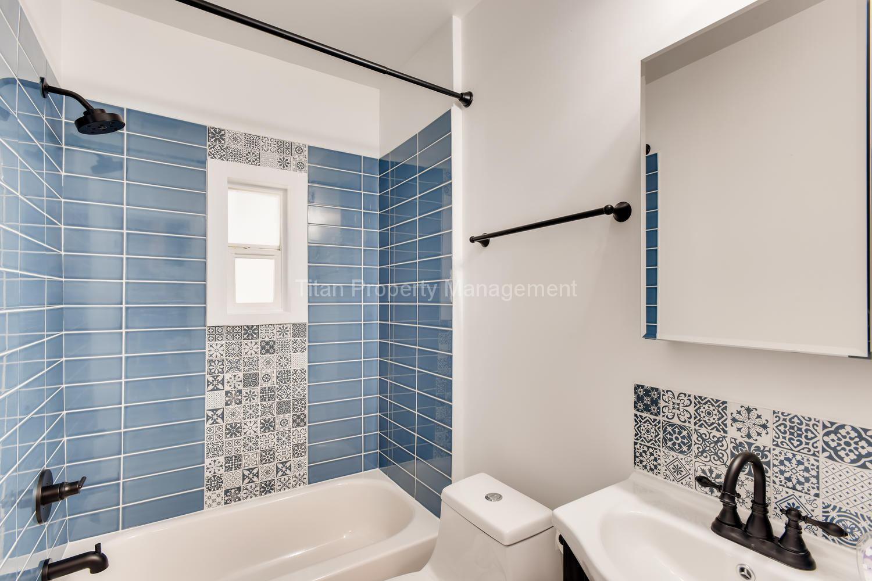 616-SE-11th-St-Oregon-City-OR-large-020-027-2nd-Floor-Bathroom-1500x1000-72dpi